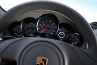 レブカウンターの右には車両状態、オーディオ、オンボードコンピューターなどの情報が表示されるディスプレイが備わる。