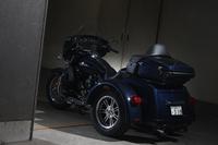 フロント1輪、リア2輪の個性的なスタイリングが最大の特長。車庫入れなどを考慮して、電動のリバースシステムを装備している。