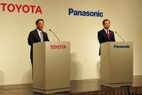 会見にのぞむ豊田社長と津賀社長。トヨタとパナソニックは自動車用円筒形電池事業の分野において、すでに20年にわたり提携を続けているが、今回の合意により、角形電池の開発においても協業へ向けた検討が開始されることとなった。