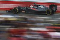 不本意な2015年シーズンを踏み台に今年こそ上位に顔を出したいマクラーレン。昨年足を引っ張ったホンダのパワーユニットは信頼性こそ増したもののパンチ力はまだまだ。それでも予選ではフェルナンド・アロンソ(写真)が12位(バルテリ・ボッタスの降格ペナルティーで11位)、ジェンソン・バトン13位(同12位)とポイント圏を狙える位置につけた。アロンソは早々に入賞圏に食い込んだが、17周目、エステバン・グティエレスのハースに乗り上げ大クラッシュしリタイア。バトンは中位にくすぶり続け周回遅れの14位完走だった。(Photo=McLaren)