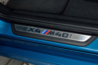 前席のサイドシルには、「X4 M40i」ロゴ入りのドアシルプレートが装着される。