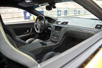 ダッシュボード上に備わるドライビングモードセレクトは、「AUTO」「SPORT」の他、「RACE」モードも設定される。