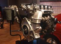 フィンが切られたドライサンプ用のオイルタンクまでアルミ製で、「アルミの工芸品」などと呼ばれたDDACエンジン。ただし重量は180kg程度と、同級の一般的な水冷エンジン+ラジエターより20kg前後重かった。