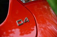 クリーンディーゼル車であることを示す「D4」のエンブレム。新開発のディーゼルエンジンは、他のボルボ車のパワーユニットと同じく、シュブデのエンジン工場で生産される。