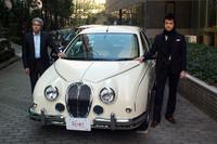 光岡自動車 河村賢整副社長(写真左)と同社のデザイナーを務める青木孝憲氏(写真右)