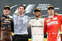 オーストリアGPのファイナルラップで逆転勝利を飾ったメルセデスのルイス・ハミルトン(右から2番目)、チームの地元で2位入賞を果たしたレッドブルのマックス・フェルスタッペン(一番左)、3位に入ったフェラーリのキミ・ライコネン(一番右)。(Photo=Red Bull Racing)