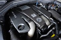 搭載される5.5リッターV8ツインターボエンジンは、557ps/5250-5750rpmと77.5kgm/2000-5000rpmを発生する。
