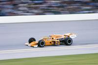 """「マクラーレン・ホンダ・アンドレッティ」として、101回目のインディアナポリス500マイルレースにフェルナンド・アロンソとともにエントリーすることを発表したマクラーレン。アロンソにとっては初インディとなるが、チームとしては、1974年と1976年にジョニー・ラザフォード(写真)のドライブで伝統の""""ブリックヤード""""を制した戦績を残している。インディ500は1950年から1960年まで世界選手権の一戦に組み込まれていた歴史があり、またその後においてもF1のスタードライバーが数多く参戦。中でも1963年と1965年のF1チャンピオンであるジム・クラークは、1965年シーズンにアロンソと同じくモナコGPを欠場してロータスでインディ500に参戦し、見事優勝。さらにこの年のGPも席巻し、インディ500とF1のタイトル同時制覇を成し遂げた唯一のドライバーとして名を残している。(Photo=McLaren)"""