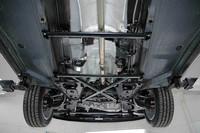 車体を下から見たところ。床下には専用の補強バーが入れられる。