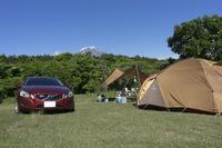 この日は富士山の麓で2泊3日のキャンプ。晴天に恵まれてすがすがしい気持ちでのんびりする。(著者撮影)