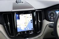 中央に備わるタッチスクリーン式の縦型9インチディスプレイ。カーナビやオーディオ、安全装備、マッサージ機能(搭載車のみ)などの操作は、この画面を介して行う。
