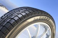 ヨコハマの最新スタッドレスタイヤ「アイスガード ファイブ プラス」。2015年8月に発売された。