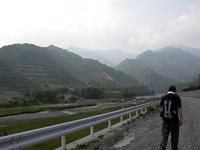 かつては栄えたという松木村跡まで、川をのぼり始める。