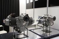昨年から出展を開始した「HKS」は、大手チューニングパーツメーカーとしておなじみだが、かつてはF1エンジンの自社開発まで行ったエンジニアリング会社でもある。今回は空冷フラットツインという、いまどき珍しいエンジンを出展していたが、これらはライトプレーン/ウルトラライトプレーンと呼ばれる軽飛行機用という。双方ともOHVながら1気筒あたり4バルブで、右が680ccで最高出力60ps(ターボ仕様は709ccで80ps)、左が949ccで100ps(スーパーチャージャー仕様は150ps)という高出力を発生、発電用をはじめ汎用(はんよう)エンジンとしても使えるという。