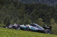ポールポジションからスタートで首位を守ったハミルトン。ピットストップ中タイヤ交換作業に手間取りロズベルグに先を越されてからは、追う立場に回った。終盤ロズベルグとの接近戦から最終周に接触、逆転優勝。「(接触回避のため)十分なスペースを残していたんだけど、彼が当たってきたんだ」とはレース後のコメント。ポイントリーダーのロズベルグとの差は24点から11点に縮まった。(Photo=Mercedes)