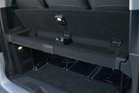 荷室に装わる小物入れ付きの「ラゲッジルームセパレーター」。受注生産のエントリーグレード「V220dトレンド」を除く全車に標準装備される。