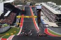 アメリカで初めて、F1開催のために新設された「サーキット・オブ・ジ・アメリカズ」(通称COTA)。その名物コーナーとなるであろう、急な上り坂のターン1めがけて突進していく24台のGPマシンたち。奇数グリッドが並ぶ走行ライン上のアウトサイド(写真左側)と、汚れた偶数グリッド側でスタートの明暗が分かれた。(Photo=Red Bull Racing)