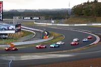 「トヨタ86」と「スバルBRZ」によるワンメイクレースの様子。計10台によるバトルを制したのは、86を駆る脇阪寿一選手だった。