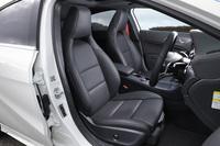 ヘッドレスト一体型のフロントシート。テスト車には「AMGレザーエクスクルーシブパッケージ」に含まれるオプションの本革シートが装備されていた。