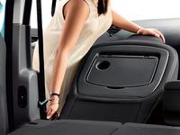 助手席のシートバックを前倒しすることで、約2.5mの長尺物を積むことができる。