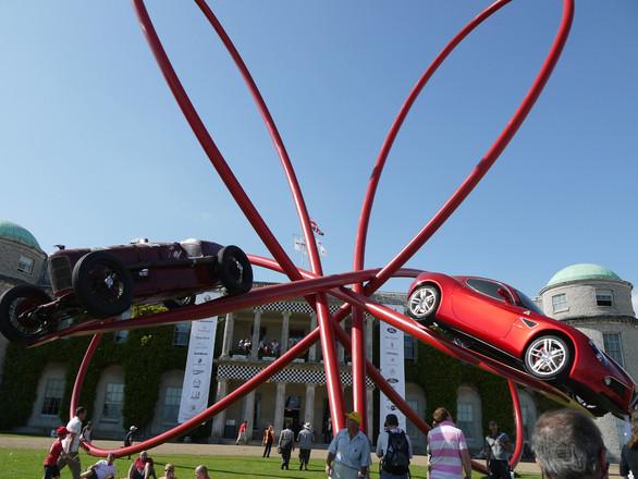 ずっと夢見ていた自動車イベント『Goodwood Festival of Speed』に行ってきました。写真のモニュメントは、毎年会場に飾られるもの。今年はアルファ・ロメオ誕生100周年を記念して、同社のシンボル、四つ葉のクローバーをモチーフに、第1回ヨーロッパGP(1925年)で優勝した「P2」と最新の「8Cコンペティツォーネ」を大胆に空中展示。ちなみに今回のエントリー台数は、展示だけのクルマを含め440台。3日間通って見たもののなかから、とくに気になったクルマを写真で紹介します。