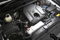 「ランドクルーザープラド」に搭載される「1GD-FTV」型2.8リッター直4 DOHCディーゼルターボエンジン。燃料噴射の高圧化や制御の緻密化、燃焼室形状の最適化、ポンピングロスや冷却損失の低減などにより、高い燃焼効率を実現している。