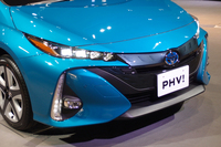 「プリウス」とは大きく異なるフロントまわり。燃料電池車「ミライ」と同じ4連LEDが採用されている。