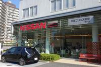日産プリンス東京・亀戸店は、京葉道路沿いに位置している。大きな「NISSAN」ロゴの右にあるグレーと黒の看板が、ハイパフォーマンスセンターの証し。