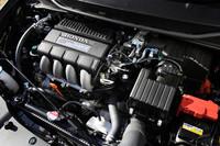 エンジン排気量が200ccアップした「エクスクルーシブ」の燃費(JC08モード)は、カーナビなしの「XG」「XL」の場合で23.2km/リッター(カーナビ付きの「エクスクルーシブXL」は22.2km/リッター)。この数値は1.3リッターモデル比で約15%のダウンとなるが、一方エンジン出力&トルクは23ps&2.2kgm向上した。
