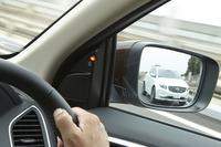 死角に他車両が存在することを知らせる「BLIS(ブラインドスポット・インフォメーション・システム)。警告ランプがドアミラー上ではなく室内側にあることで、天候の影響を受けにくいとされる。