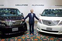 ヴェルファイア(写真左)とアルファードに囲まれて、すっかりご満悦(?)の渡辺捷昭トヨタ自動車社長。