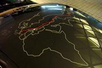 道に迷わないように(?)、ルーフには道中のマップが描かれる。