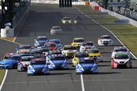 1日に2回行われる決勝の、第1レースのスタートシーンから。写真左端で横を向いているのは「ボルボC30」。後続に追突されてクラッシュ&リタイアしてしまう。