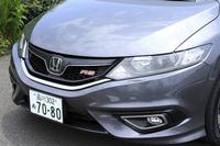 エクステリアでは、「RS」専用のフロントグリルやダーククロム加飾のヘッドライトガーニッシュなどがハイブリッド車との違いとなっている。