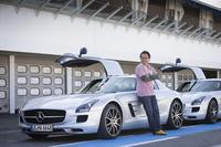「SLS AMG GT」と筆者。