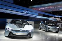「BMW i8コンセプト」(左)と、「BMW i3コンセプト」(右)。
