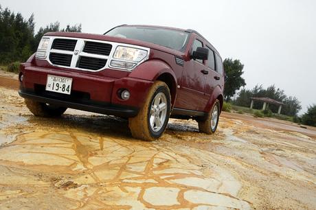 ダッジ・ナイトロSXT(4WD/4AT)……361万2000円ゴツいボディと、大きな十字を付けたグリルが印象的な「ダ...