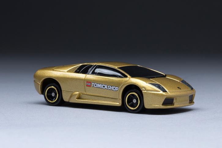 フェラーリと双璧をなすイタリアのスーパーカーメーカー、ランボルギーニ。「ムルシエラゴ」はその新しいフラッグシップモデルとして、2001年に登場した。