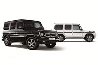 「G350ブルーテック 35th Anniversary Edition」。ボディーカラーはマグネタイトブラック(写真手前)とポーラーホワイトから選べる。