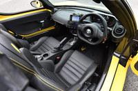 「アルファ・ロメオ4Cスパイダー」のインテリア。サイドシルの内側など、内装の一部にカーボンファイバー製のボディーセルがむきだしの状態でのぞいている。