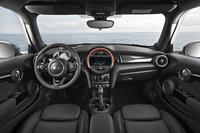 インテリアの様子。ダッシュボード中央には、センターメーターを模した円形の意匠が採用されるが、速度計と回転計は、ステアリングホイールの奥に配される。