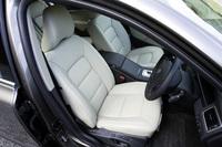 「V8 AWD」の内装