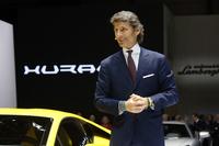 2014年3月のジュネーブショーで「ウラカン」を披露するランボルギーニのステファン・ヴィンケルマン社長兼CEO。