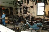 昔の自転車店の雰囲気を今に伝える展示。