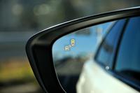 予防安全に関する機能・装備の強化も今回のマイナーチェンジのトピック。緊急自動ブレーキやAT誤発進抑制制御機能が後進時にも作動するようになったほか、自車の後方だけでなく、側方から接近する車両も検知する「ブラインド・スポット・モニタリング」が新たに採用された。