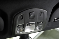 室内灯のパネルに備わるソフトトップの操作スイッチ。開閉はこのボタンを押すだけで可能だが、ウインドディフレクターを起こす作業は手動となる。