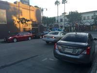 ハリウッド大通りにつながるストリートで。車種を確認できる5台中3台は、日本ブランドである。