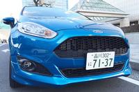 今回の「フィエスタ」は「スポーツアピアランス」という名の特別仕様車(90台限定)で、フロントグリルがハニカムデザインの専用品になっているのがポイント。