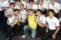 2002年の最終戦日本GPで、予選7位、決勝5位と自己最高記録を更新。ホンダのスタッフとともに喜びを噛みしめた(本田技研工業)