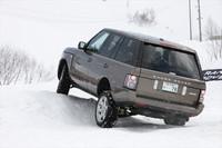 雪のコブを乗り越える「レンジローバーヴォーグ」。路面との接触を毎秒500回モニタリングして、ドライバーの運転に対する車両の動きを予測(アダプティブ・ダイナミクス)、あらゆる道で快適かつ安全なドライブを約束するという。